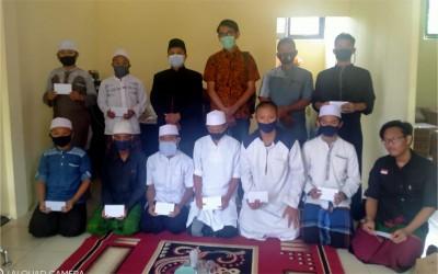 PLN Cabang Sumber Silaturrahmi ke Al-Hikmah Putra, Memberikan Wakaf Al-Qur'an dan Bantuan Kepada Santri